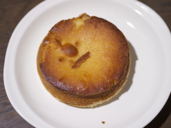 お皿に盛りつけた山崎製パン株式会社のチーズタルト3種のチーズ入り