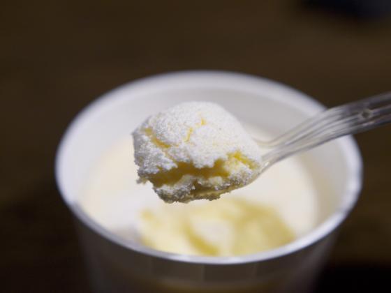 スプーンですくった Cherie Dolce(シェリエドルチェ) の窯出しとろけるチーズケーキ