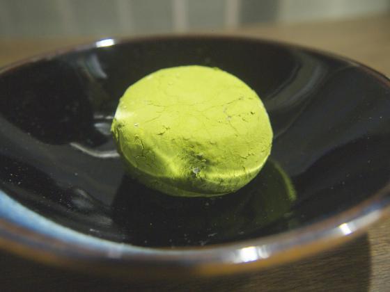 皿にもりつけたローソンの Uchi Cafe SWEETS 純生クリーム大福宇治抹茶つぶあん
