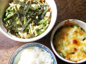 アボカドのマヨネーズ焼きと納豆とキャベツのサラダ