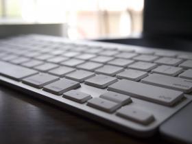 仕事道具の Mac とキーボード